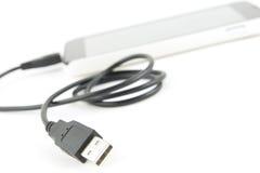 Mikrousb-kabel med den smarta telefonen Arkivfoto