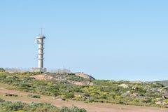 Mikrowellentelekommunikations-Relaisturm nahe Kharkams Lizenzfreie Stockfotos