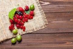 Mikstura dojrzałe jagody na drewnianym stole Jagody na pielusze, odgórny widok, opróżniają przestrzeń dla teksta Zdjęcia Stock