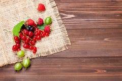 Mikstura dojrzałe jagody na drewnianym stole Jagody na pielusze, odgórny widok, opróżniają przestrzeń dla teksta lata tła piękna  Obraz Stock