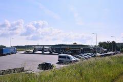 Mikulasov, republika czech - Czerwiec 02, 2018: stacja paliwowa wymieniał OMV z parkującymi camions w pogodnym ranku i samochodam Zdjęcia Stock