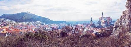 Mikulov med slotten, den heliga kullen och den gamla stadskärnan, skönhetfilte Royaltyfria Bilder
