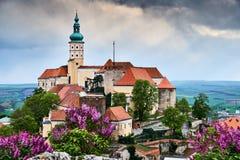 Mikulov-Schloss oder Mikulov-Chateau auf bunte Panoramaansicht des Felsens über Dachspitzen auf der Stadt Süd-Tschechische Republ lizenzfreie stockfotografie