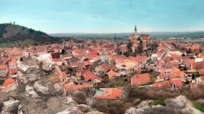 Mikulov sikt av mitten av staden med slotten, Tjeckien Royaltyfria Foton