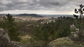 Mikulov stad och dess omgivning från den Turold kullen, Tjeckien Arkivbilder