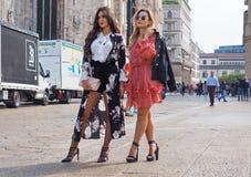 MILÁN - 21 DE SEPTIEMBRE: Dos mujeres de los fashionables que presentan para los fotógrafos antes de desfile de moda de GENNY, du Fotografía de archivo