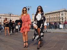 MILÁN - 21 DE SEPTIEMBRE: Dos mujeres de los fashionables que presentan para los fotógrafos antes de desfile de moda de GENNY, du Imágenes de archivo libres de regalías