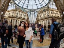 Milán - 26 de septiembre: Los turistas desconocidos hacen un selfie en Milan Gallery el 26 de septiembre de 2017 en Milán Imagen de archivo