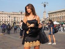 MILÁN - 21 DE SEPTIEMBRE: Una mujer de moda que presenta para los fotógrafos antes de desfile de moda de GENNY, durante Milan Fas Imagenes de archivo