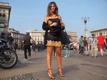 MILÁN - 21 DE SEPTIEMBRE: Una mujer de moda que presenta para los fotógrafos antes de desfile de moda de GENNY, durante Milan Fas Fotografía de archivo