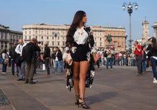 MILÁN - 21 DE SEPTIEMBRE: Una mujer de moda que presenta para los fotógrafos antes de desfile de moda de GENNY, durante Milan Fas Imagen de archivo