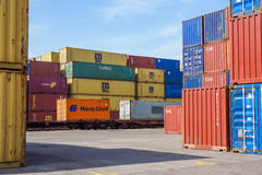 MILÁN, ITALIA 10 de abril de 2017: Varios envases están listos para ser cargado encendido a las naves en el puerto Los envases so Imágenes de archivo libres de regalías