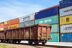 MILÁN, ITALIA 10 de abril de 2017: Varios envases están listos para ser cargado encendido a las naves en el puerto Los envases so Fotografía de archivo libre de regalías