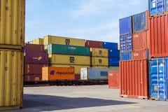 MILÁN, ITALIA 10 de abril de 2017: Varios envases están listos para ser cargado encendido a las naves en el puerto Los envases so Imagen de archivo libre de regalías