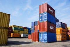 MILÁN, ITALIA 10 de abril de 2017: Varios envases están listos para ser cargado encendido a las naves en el puerto Los envases so Imagenes de archivo