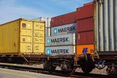 MILÁN, ITALIA 10 de abril de 2017: Varios envases están listos para ser cargado encendido a las naves en el puerto Los envases so Foto de archivo libre de regalías