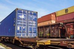 MILÁN, ITALIA 10 de abril de 2017: Varios envases están listos para ser cargado encendido a las naves en el puerto Los envases so Fotos de archivo libres de regalías