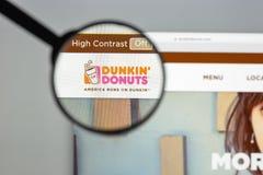 Milán, Italia - 10 de agosto de 2017: dunkindonuts homepage del sitio web de COM logotipo de los anillos de espuma del dunkin vis Imagen de archivo