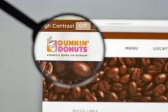 Milán, Italia - 10 de agosto de 2017: dunkindonuts homepage del sitio web de COM logotipo de los anillos de espuma del dunkin vis Imagen de archivo libre de regalías
