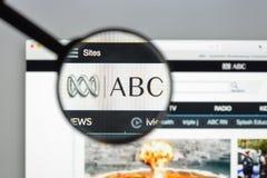 Milán, Italia - 10 de agosto de 2017: Homepage del sitio web del ABC Logotipo del ABC visible Foto de archivo libre de regalías