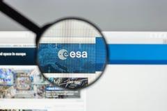 Milán, Italia - 10 de agosto de 2017: Homepage del sitio web del ESA Es un i Fotos de archivo libres de regalías