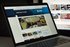 Milán, Italia - 10 de agosto de 2017: Homepage del sitio web del ESA Es un i Foto de archivo libre de regalías
