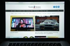 Milán, Italia - 10 de agosto de 2017: Homepage del sitio web de Trustedreviews Logotipo de confianza de los comentarios visible Fotos de archivo libres de regalías