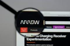 Milán, Italia - 10 de agosto de 2017: Logotipo de Arrow Electronics en nosotros Fotos de archivo libres de regalías