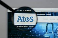 Milán, Italia - 10 de agosto de 2017: Logotipo de Atos en el homepa del sitio web imagen de archivo libre de regalías
