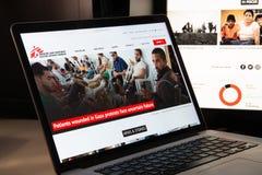 Milán, Italia - 15 de agosto de 2018: Web de la ONG de Doctors Without Borders Fotografía de archivo libre de regalías