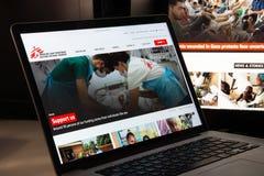 Milán, Italia - 15 de agosto de 2018: Web de la ONG de Doctors Without Borders Imagenes de archivo