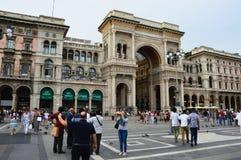 MILÁN, ITALIA - 19 DE JULIO DE 2017: Cuadrado de Piazza del Duomo con la entrada de la galería con los turistas, Milán, Ital de V Imágenes de archivo libres de regalías