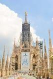 MILÁN, ITALIA - 9 DE JULIO DE 2011: Elementos de la restauración y de la construcción en el Duomo de la catedral en Italia Imágenes de archivo libres de regalías