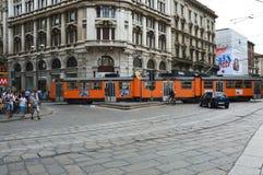 MILÁN, ITALIA - 19 DE JULIO DE 2017: visión desde el cuadrado de Piazza del Duomo con la tranvía típica de Milán que pasa sobre l Foto de archivo libre de regalías