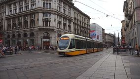 MILÁN, ITALIA - 19 DE JULIO DE 2017: visión desde el cuadrado de Piazza del Duomo con la tranvía típica de Milán que pasa sobre l metrajes