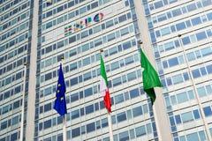 Milán, Italia 6 de junio de 2014: promoción para la exposición del international de la expo 2015 en la torre de Pirelli cerca de  Imagenes de archivo