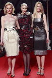 MILÁN, ITALIA - 2 DE MARZO: Eva Herzigova, Nadja Auermann y Claudia Schiffer asisten a la belleza extrema en el partido de Vogue e Fotografía de archivo libre de regalías