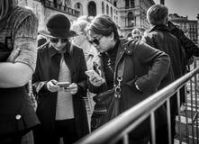Milán, Italia - 23 de marzo de 2016: Hembras jovenes que charlan por el teléfono imagen de archivo libre de regalías