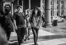 Milán, Italia - 23 de marzo de 2016: Los adolescentes modernos van por la Italia Imágenes de archivo libres de regalías