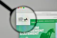 Milán, Italia - 1 de noviembre de 2017: Logotipo de Lloyds Banking Group en el th imagen de archivo