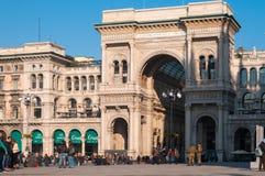 MILÁN, ITALIA - 10 DE NOVIEMBRE DE 2016: Vittorio Emanuele Gallery y Piazza del Duomo en Milán, Italia Imagen de archivo