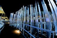 Milán, Italia - 20 de octubre de 2015: El diseño de los tubos de neón que brillan intensamente grandes Fotografía de archivo libre de regalías