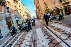 Milán, Italia - 19 de octubre de 2015: Los motoristas y el coche que se colocan en la calle que espera el semáforo verde señalan Imágenes de archivo libres de regalías