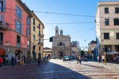 MILÁN, ITALIA - 12 de septiembre de 2016: Los turistas y la gente local están cruzando la calle cerca de Santa Maria della Vittor Foto de archivo libre de regalías