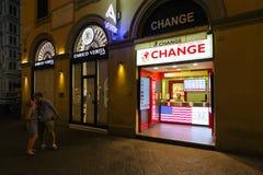 Milán, Italia - 11 de septiembre de 2016: Punto del intercambio de moneda en el centro de ciudad en Milán Imagen de archivo