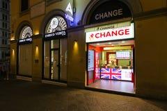 Milán, Italia - 11 de septiembre de 2016: Punto del intercambio de moneda en el centro de ciudad en Milán Fotografía de archivo libre de regalías