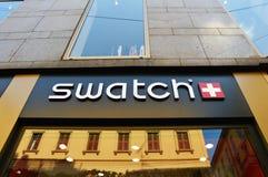 MILÁN, ITALIA - 7 DE SEPTIEMBRE DE 2017: Muestra de Swatch en fachada del edificio adentro vía Monte Napoleone en Milán Swatch es Fotografía de archivo libre de regalías