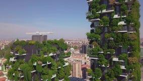 Milán, Italia - 26 de septiembre de 2018: Opinión aérea de Milán de torres y rascacielos modernos y el ferrocarril de Garibaldi metrajes