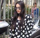 MILÁN, Italia 22 de septiembre: Un modelo asiático de moda que presenta para los fotógrafos en la calle antes del desfile de moda imagen de archivo