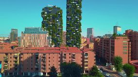 Milán, Italia - 26 de septiembre de 2018: Visión aérea Rascacielos modernos y ecológicos con muchos árboles en cada balcón Bosco almacen de video